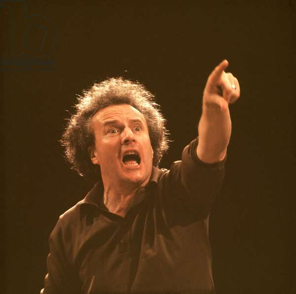 Colin Davis conducting chorus