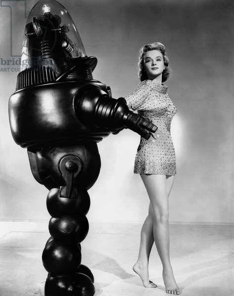 Planete interdite: FORBIDDEN PLANET, from left: Robby the Robot, Anne Francis on set, 1956