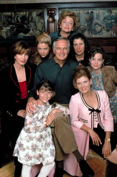 JAKE'S WOMEN (aka NEIL SIMON'S JAKE'S WOMEN), (clockwise from left) Anne Archer, Mira Sorvino, Joyce Van Patten, Julie Kavner, Kimberly Williams, Lolita Davidovich, Ashley Peldon, Alan Alda (center), 1996. © Hallmark Entertainment / Courtesy: Everett Collection