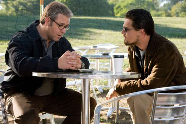 Mensonges d'Etat: BODY OF LIES, from left: Russell Crowe, Leonardo DiCaprio, 2008. ©Warner Bros./courtesy Everett Collection
