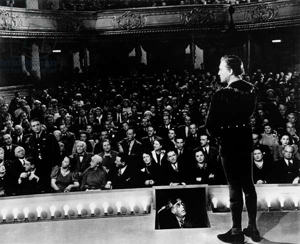 Jeux Dangereux: TO BE OR NOT TO BE, Robert Stack (standing in audience), Adolf E. Licho 9in prompter box), Jack Benny (on stage), 1942