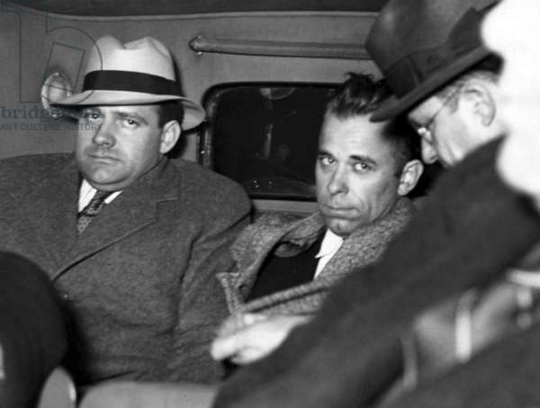 JOHN DILLINGER-Dillinger under heavy guard as he is driven to Indiana. 1-30-34 - CPL Archives/Everett Collection