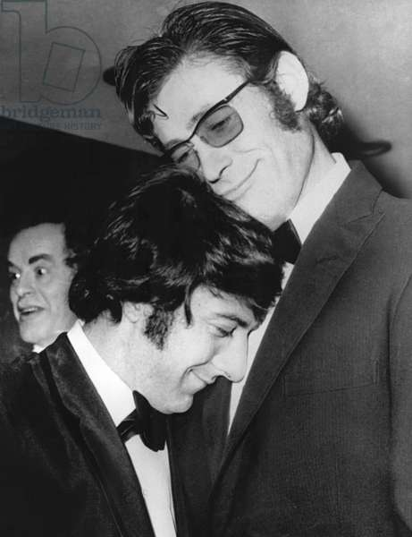 Dustin Hoffman, Peter O'Toole clowning around at the London premiere of MURPHY'S WAR, 1971