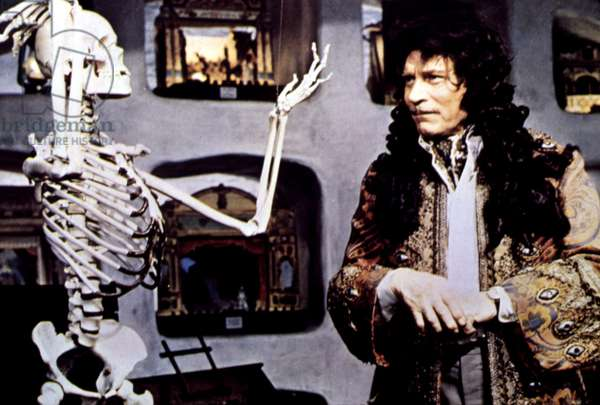 SLEUTH, Laurence Olivier, 1972, with skeleton