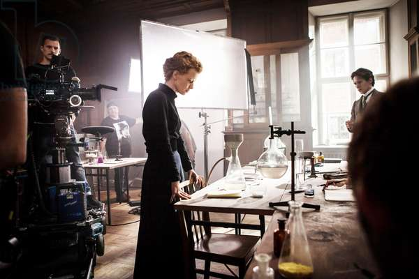 MARIE CURIE, (aka MARIE SKLODOWSKA-CURIE), center: Karolina Gruszka (as Marie Curie) on set, 2016. © Big World Pictures / courtesy Everett Collection