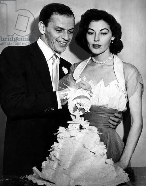 Newlyweds FRANK SINATRA and AVA GARDNER cut their wedding cake, 1951