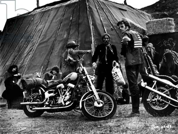 Easy Rider: EASY RIDER, Dennis Hopper (pointing), and Peter Fonda , 1969