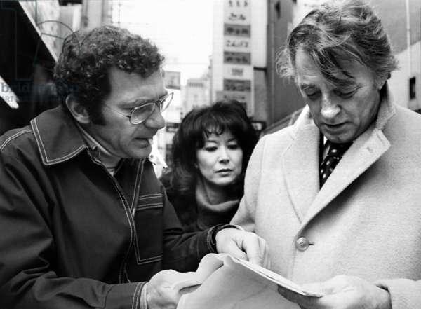 Sydney Pollack, Robert Mitchum: THE YAKUZA, director Sydney Pollack, Kishi Keiko, Robert Mitchum on set, 1974