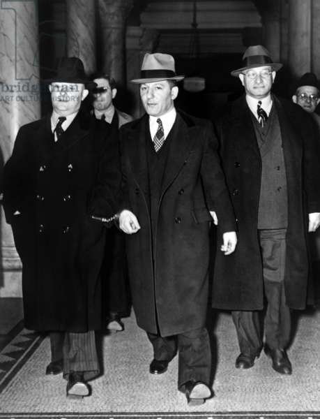 Louis 'Lepke' Buchalter et J. Edgar Hoover: Louis 'Lepke' Buchalter, center, handcuffed to J. Edgar Hoover (left), at entrance to courthouse in New York City in 1939-40. With a $50,000 reward on his head, he was tricked into surrendering to Hoover by a 'friend,' Moey Dimples. Buchalter was executed on March 4, 1944.