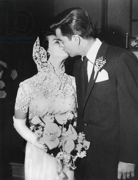 Natalie Wood and Robert Wagner kissing after their wedding, 12/28/57