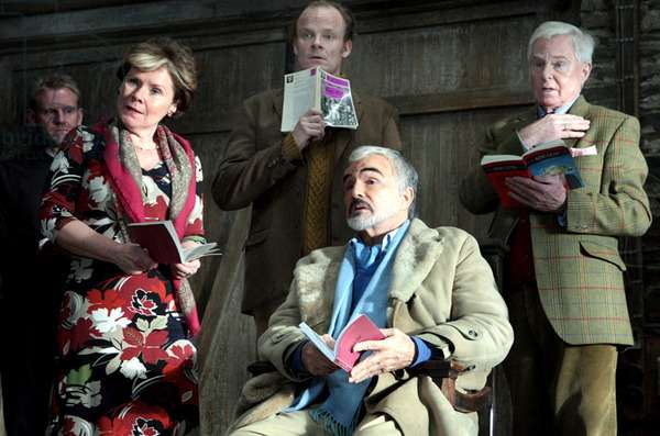 A Bunch of Amateurs: A BUNCH OF AMATEURS, Imelda Staunton (front left), Burt Reynolds (sitting), Derek Jacobi (right), 2008. Ph: Kerry Brown