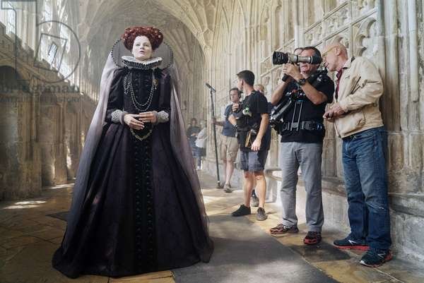 MARY QUEEN OF SCOTS, left: Margot Robbie as Queen Elizabeth I, on set, 2018. ph: Liam Daniel. ©Focus Features/courtesy Everett Collection