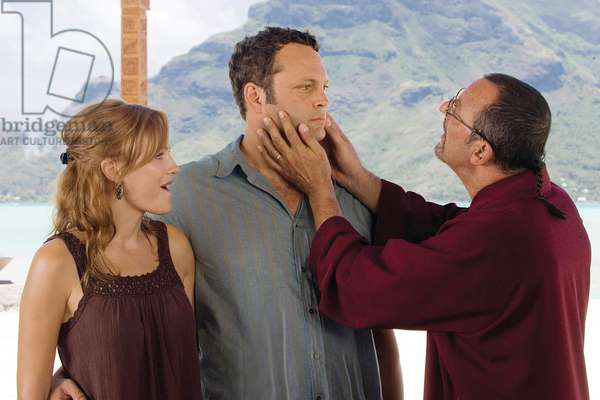 Therapie de Couples: COUPLES RETREAT, from left: Malin Akerman, Vince Vaughn, Jean Reno, 2009. Ph: John Johnson/©Universal/courtesy Everett Collection