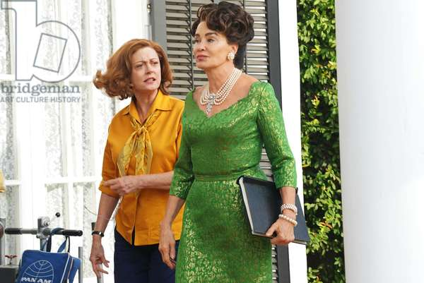 FEUD: BETTE AND JOAN, (from left): Susan Sarandon (as Bette Davis), Jessica Lange (as Joan Crawford), 'Abandoned', (Season 1, ep. 107, airs April 16, 2017). photo: Byron Cohen / ©FX / Courtesy: Everett Collection