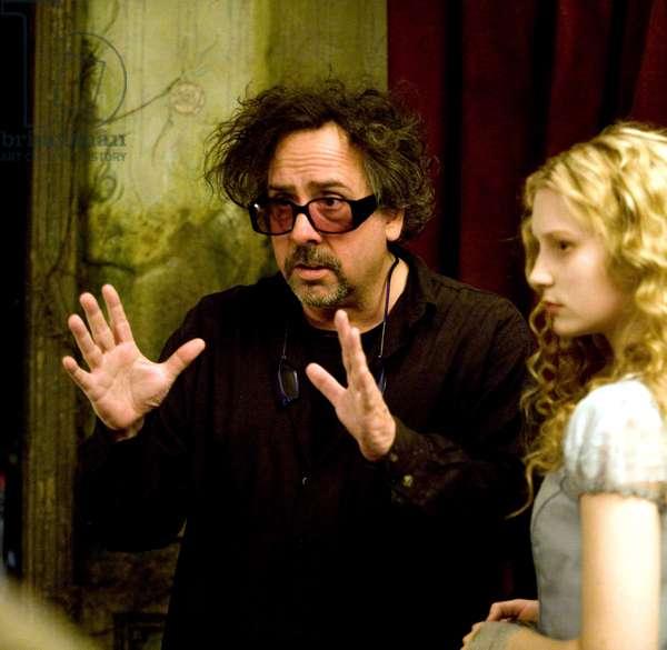 Alice au Pays des Merveilles: ALICE IN WONDERLAND, from left: director  Tim Burton, Mia Wasikowska as Alice, on set, 2010. ph: Leah Gallo/©Walt Disney Pictures/courtesy Everett Collection