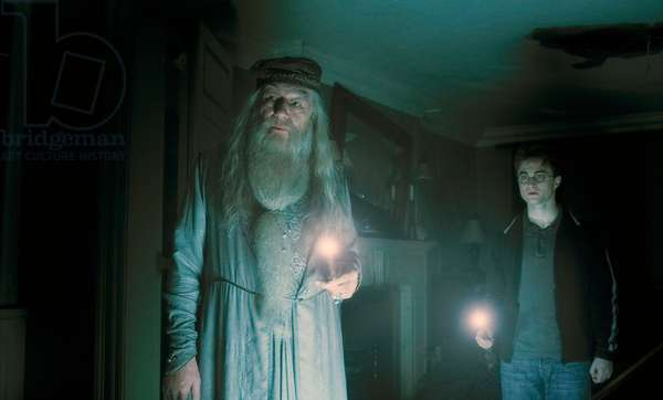 Harry Potter et le Prince de sang Mele: HARRY POTTER AND THE HALF-BLOOD PRINCE, from left: Michael Gambon, Daniel Radcliffe, 2009. ©Warner Bros./courtesy Everett Collection