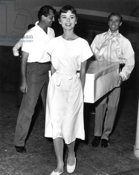 WAR AND PEACE, Audrey Hepburn, Mel Ferrer carrying a box on set, 1956