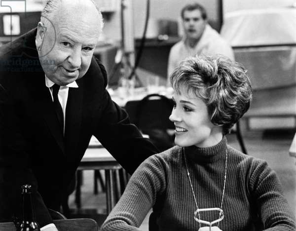 Alfred Hitchcock et Julie Andrews: TORN CURTAIN, from left, director Alfred Hitchcock, Julie Andrews, on-set, 1966