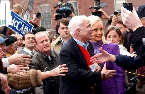 John et Cindy McCain: John McCain, Cindy McCain on location for McCain Campaign in Hampshire, State House Plaza, Concord, NH, January 07, 2008. Photo by: Kristin Callahan/Everett Collection