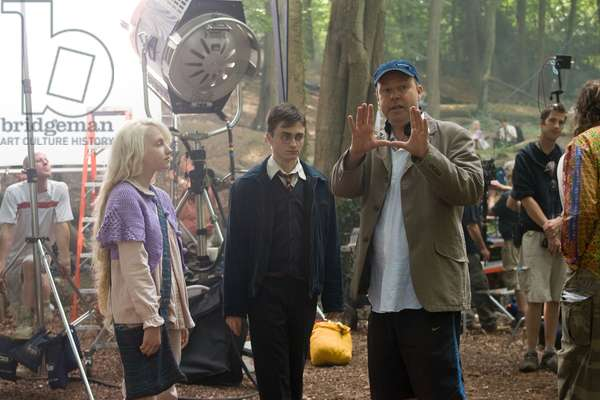 HARRY POTTER AND THE ORDER OF THE PHOENIX, from left: Evanna Lynch, Daniel Radcliffe, director David Yates, on set, 2007. Ph: Murray Close/©Warner Bros./Courtesy Everett Collection