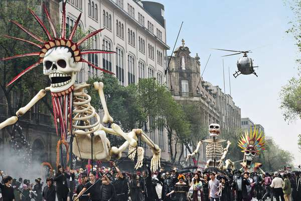 SPECTRE, The Day of the Dead parade, Mexico City, 2015. ph: Steven Vaughan / © Columbia Pictures / courtesy Everett Collection