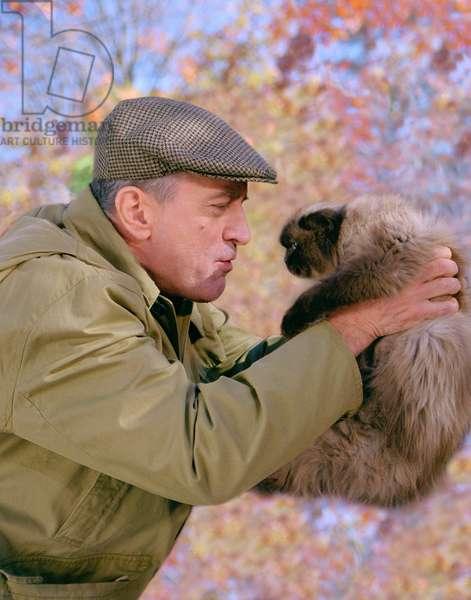 MEET THE PARENTS, Robert De Niro with cat, 2000.