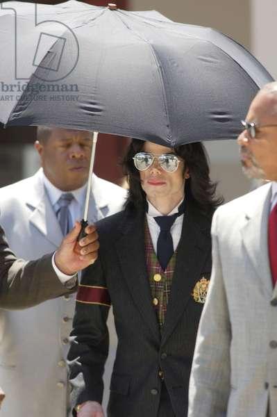 Michael Jackson at court appearance for Michael Jackson trial for child molestation, Santa Barbara County Courthouse, Santa Maria, CA, June 2, 2005 (photo)