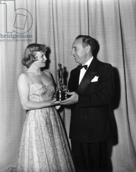 June Allyson, presenting 1949 black and white cinematography Oscar to Paul C. Vogel for BATTLE GROUND