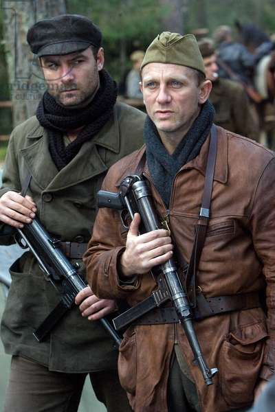 Les Insurges: DEFIANCE, from left: Liev Schreiber, Daniel Craig, 2008. ©Paramount Vantage/Courtesy Everett Collection