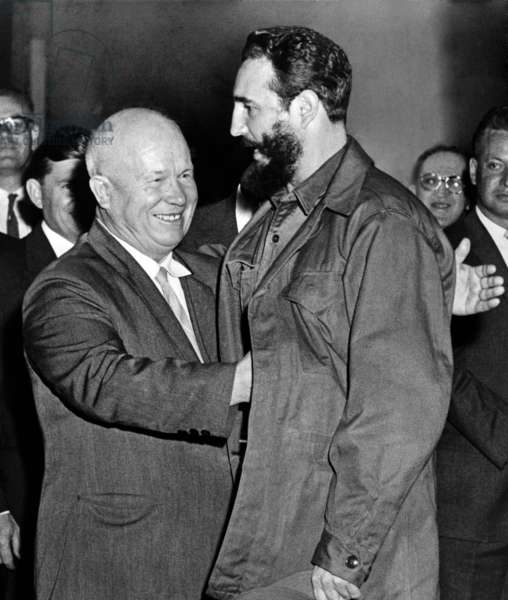 Nikita Khroutchev et Fidel Castro: Soviet Premier Nikita Khrushchev greets Cuban President Fidel Castro to the Russian legation in New York City during the yearly session of the UN General Assembly. September 23, 1960.