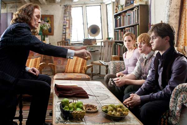 Harry Potter 7: HARRY POTTER AND THE DEATHLY HALLOWS: PART 1, from left: Bill Nighy, Emma Watson, Rupert Grint, Daniel Radcliffe, 2010. ph: Jaap Buitendijk/©2010 Warner Bros. Ent. Harry Potter publishing rights ©J.K.R. Harry Potter characters, names and related indicia are trademarks of and ©Warner Bros. Ent. All rights reserved./Courtesy Everett Collection