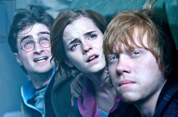 Harry Potter 7: HARRY POTTER AND THE DEATHLY HALLOWS: PART 2, l-r: Daniel Radcliffe, Emma Watson, Rupert Grint, 2011, ph: Jaap Buitendjik/©2011 Warner Bros. Ent. Harry Potter publishing rights ©J.K.R. Harry Potter characters, names and related indicia are trademarks of and ©Warner Bros. Ent. All rights reserved./Courtesy Everett Collection