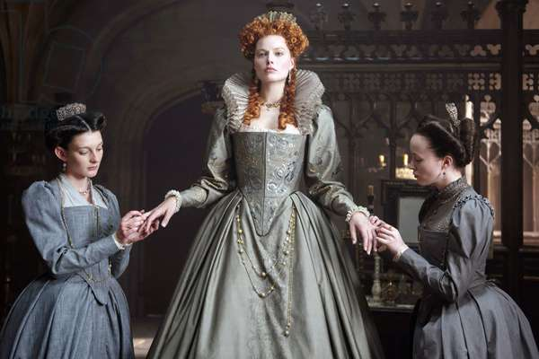 MARY QUEEN OF SCOTS, from left, Grace Molony, Margot Robbie as Queen Elizabeth I, Georgia Burnell, 2018. ph: Parisa Taghizadeh. ©Focus Features/courtesy Everett Collection