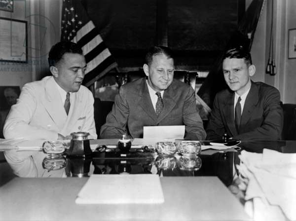 J. Edgar Hoover, William Stanley et Melvin H. Purvis: FBI Director J. Edgar Hoover and William Stanley, in a Justice Department meeting with Melvin H. Purvis, head of the Chicago FBI office. Purvis was personally reporting to Hoover about the killing of John Dillinger during his capture by the Special Agents on July 22, 1934.