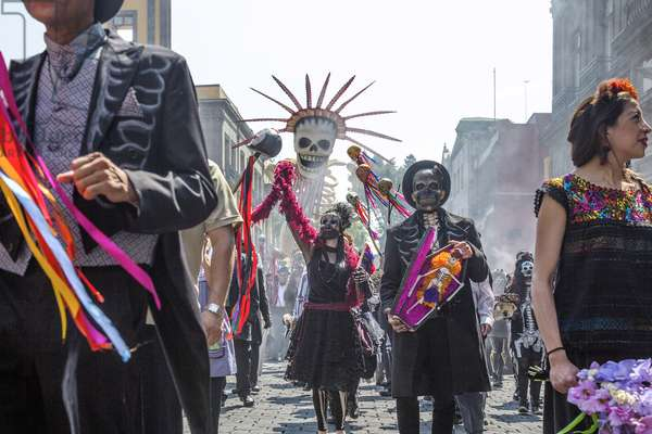 SPECTRE, The Day of the Dead parade, Mexico City, 2015. ph: Jonathan Olley / © Columbia Pictures / courtesy Everett Collection