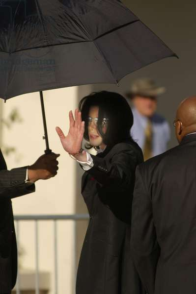 Michael Jackson at court appearance for Michael Jackson trial for child molestation, Santa Barbara County Courthouse, Santa Maria, CA, May 11, 2005 (photo)