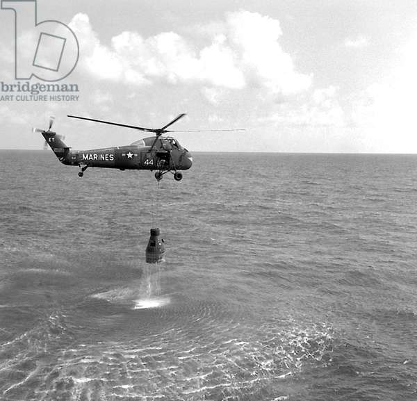 Mercury 3 : capsule Freedom 7: After splashdown recovery of the Freedom 7 space capsule by a U.S. Marine helicopter. Freedom 7 carried placed the first American astronaut, Alan Shepard, in space for 15-1/2 minutes on May 5, 1961.