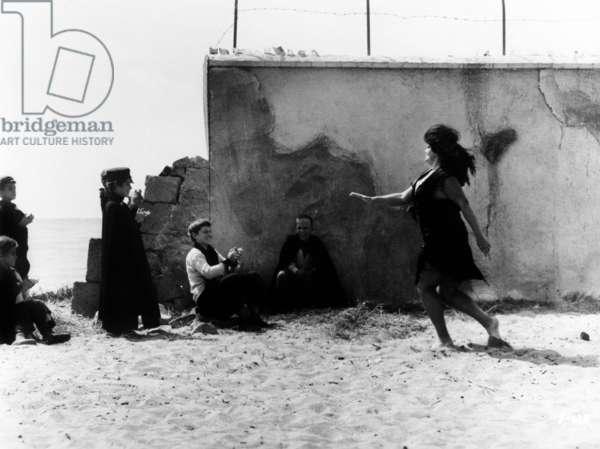 Huit et demi 1/2: 8 1/2, Marco Gemini (third from left, hat and cape), Eddra Gale (far right), 1963