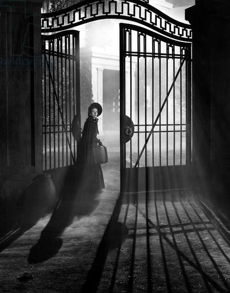 JANE EYRE, Joan Fontaine, 1944, entering through the gate. TM and Copyright © 20th Century Fox Film Corp. All rights reserved. Courtesy: Everett Collection.
