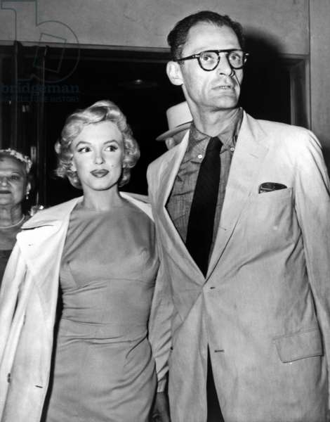Marilyn Monroe et Arthur Miller: Marilyn Monroe and her new husband, playwright Arthur Miller leave her New York for London in 1956, for her to film THE PRINCE AND THE SHOWGIRL.