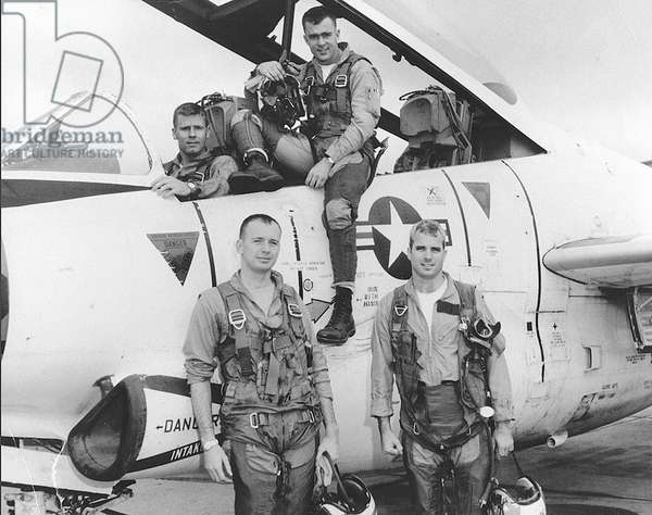Guerre du Vietnam: Lieutenant Commander John S. McCain, (front, right) with his squadron. ca. 1967