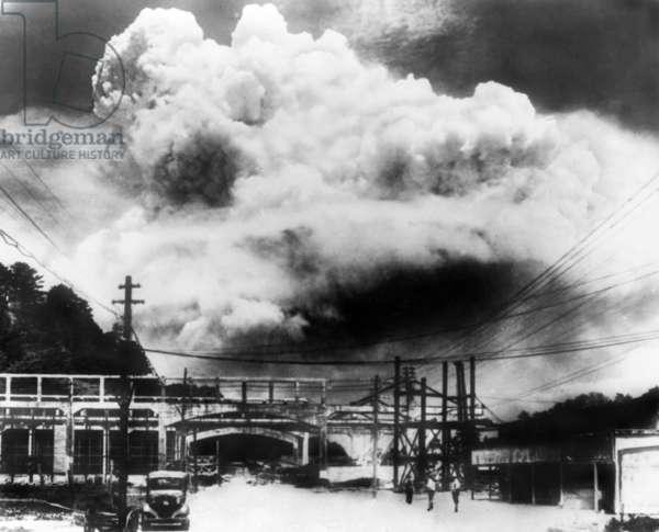 Explosion atomique a Nagasaki, 1945: Japanese photo of the mushroom cloud of the atomic bomb blast in Nagasaki, Japan, Aug. 9, 1945.