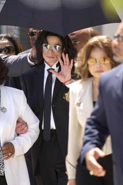 Michael Jackson at court appearance for Michael Jackson trial for child molestation, Santa Barbara County Courthouse, Santa Maria, CA, June 13, 2005 (photo)