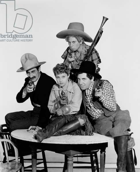 Chercheurs d'or: GO WEST, front from left: Groucho Marx, Diana Lewis, Chico Marx, Harpo Marx (rear), 1940