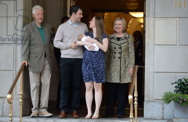 Bill Clinton, Marc Mezvinsky, Chelsea Clinton, Aidan Clinton Mezvinsky et Hillary Clinton: Bill Clinton, Marc Mezvinsky, Chelsea Clinton, Aidan Clinton Mezvinsky, Hillary Clinton out and about for Chelsea Clinton Leaves Hospital After Giving Birth to Baby Boy, Lenox Hill Hospital, New York, NY June 20, 2016. Photo By: Kristin Callahan/Everett Collection