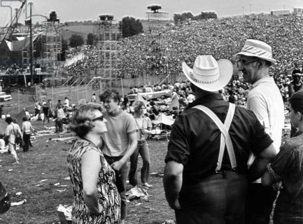 Festival de Woodstock: WOODSTOCK, farmer Max Yasgur (right) looks on with neighbors as his grounds are used as site for Woodstock Festival, 1970