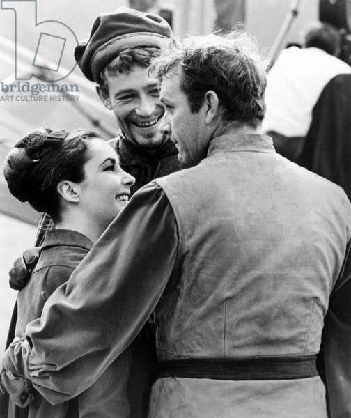 Becket: BECKET, Elizabeth Taylor visiting on-set, Peter O'Toole, Richard Burton, 1964