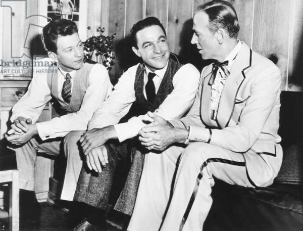 SINGIN' IN THE RAIN, from left: Donald O'connor, Gene Kelly, visitor Fred Astaire on set, 1952: SINGIN' IN THE RAIN, from left: Donald O'connor, Gene Kelly, visitor Fred Astaire on set, 1952