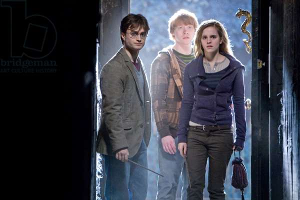 Harry Potter 7: HARRY POTTER AND THE DEATHLY HALLOWS: PART 1, from left: Daniel Radcliffe, Rupert Grint, Emma Watson, 2010. ph: Jaap Buitendijk/©2010 Warner Bros. Ent. Harry Potter publishing rights ©J.K.R. Harry Potter characters, names and related indicia are trademarks of and ©Warner Bros. Ent. All rights reserved./Courtesy Everett Collection