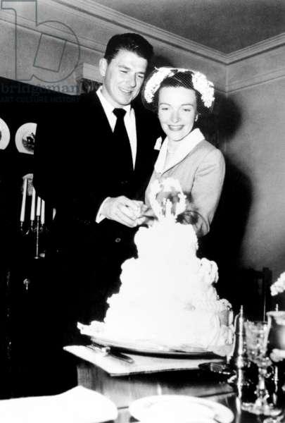 Ronald Reagan, Nancy Reagan cutting their wedding cake, 3/5/52